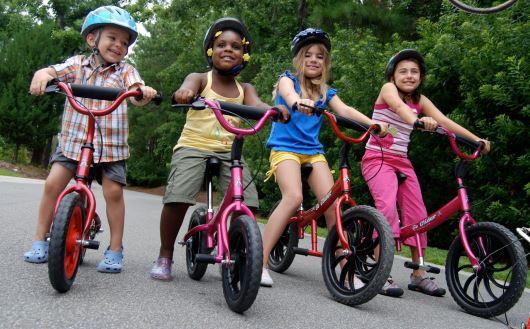 Une course de vélos sans pédales au festival «Sans les mains !»